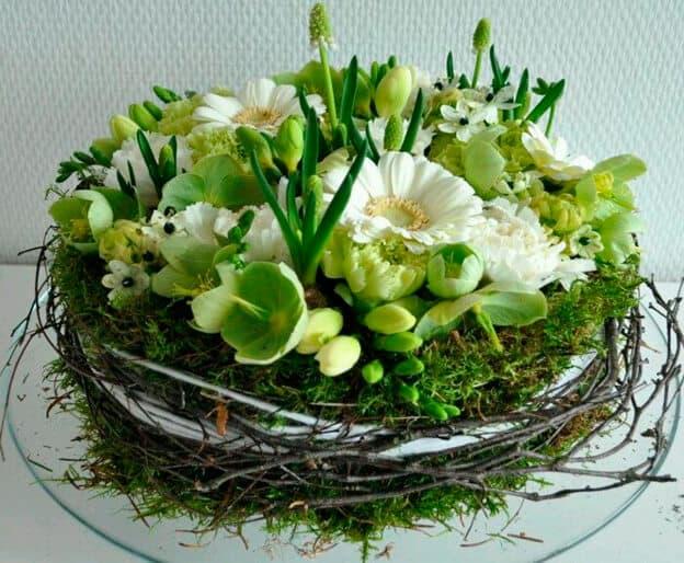 Оформление праздничного стола композициями из живых цветов.